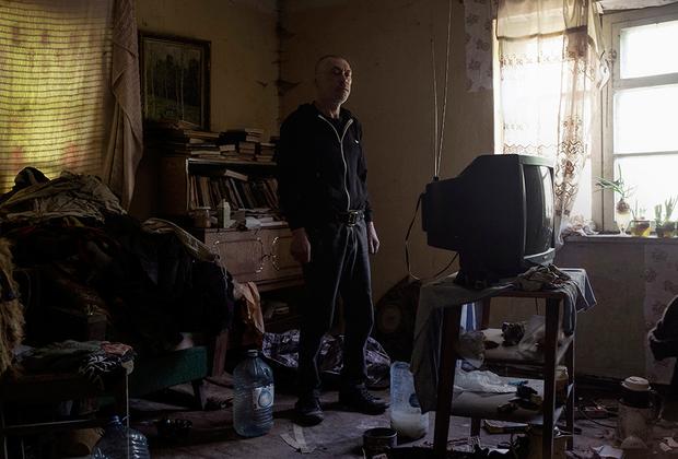 Виктор Кузьмич — бывший военный. Сколько живет в Железнодорожном, не помнит. Дом, где он живет, находится в аварийном состоянии, внутри пахнет сыростью из-за прогнивших труб и царит полный хаос. Несмотря на то что родственники Виктора живут в Европе, он уезжать никуда не собирается. Он живет тут и выпивает.