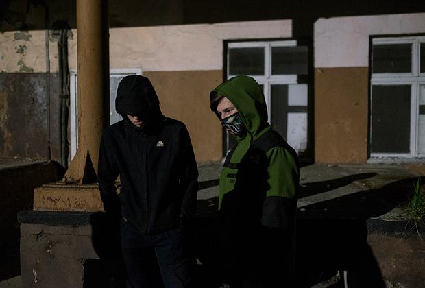Местная молодежь пятничным вечером на территории заброшенного маслодельного завода. На территории разрушенных предприятий проводят вечеринки, где молодые общаются, слушают музыку, выпивают.