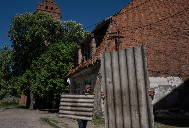 Одна из немногих возможностей для местных мужчин заработать — чинить черепицу прохудившихся крыш у соседей. Черепицу для восстановления снимают с заброшенных зданий, так же как и кирпич, при надобности. К примеру, один из главных пивоваренных заводов в СССР, который располагался тут, разобрали на кирпич после его закрытия.