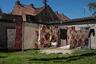 Двор на одной из самых старых улиц поселка. Соседи сушат белье по очереди. За своими вещами никто не смотрит — все друг друга знают.