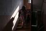 Женщина в подъезде одного из самых старых домов поселка. Внутри все осталось без изменений еще с немецких времен. Дерево скрипит под ногами, создавая ощущение ненадежности.