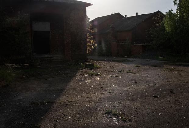 Территория бывшего маслодельного завода — все стены разрисованы, а территория усыпана осколками бутылок.
