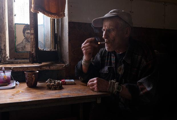 Дядя Женя. Приехал в Железнодорожный 40 лет назад из Узбекистана. Его позвал сюда брат, у которого случилось горе в семье. Женя женился тут и обзавелся четырьмя детьми, работал на маслодельном заводе. Бывший военный сейчас убирает улицы поселка, а в свободное время рыбачит или ищет металлолом на территории заброшенного предприятия, где раньше работал.