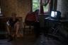 Отец и сын в своей квартире, в одном из четырех старых немецких домов. Внутри до сих пор 1945 год. Горячей воды нет, газа тоже. К слову, газовое снабжение отсутствует по всему поселку, местные пользуются баллонами. При немцах газ был, однако для приехавших после войны переселенцев из российских деревень восстановить снабжение, пострадавшее в результате боевых действий, оказалось невозможным.