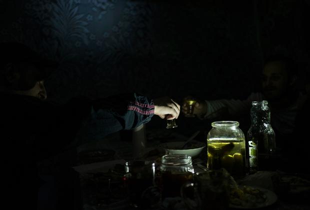 Местная молодежь пьет водку на даче. Собираются каждый день, разговаривают, о том, что поселок в упадке, что делать тут нечего...