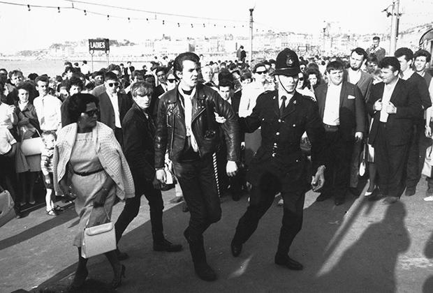 Несмотря на большое внимание, которое моды уделяли одежде и внешнему виду, традиционные уличные забавы вроде массовых драк они не забывали. Эта фотография сделана 1 мая 1964 года во время сражения модов с рокерами на улицах города Маргит, что в графстве Кент.