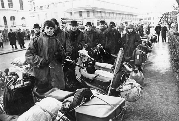 Субкультура модов немыслима без культовых мотороллеров Vespa и Lambretta, которые подвергались тюнингу и кастомизации. Главными антагонистами модов были байкеры-рокеры.