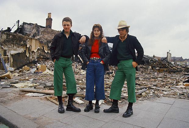 К середине 1970-х субкультура скинхедов быстро распространилась по всей Великобритании. В Ирландии и Северной Ирландии националистическая направленность появилась раньше. Черные поло, клетчатая рубашка, черные ботинки и короткие штаны, которые были альтернативой подвернутым джинсам.