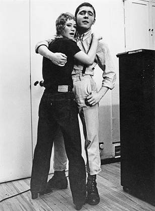 Эта фотография влюбленной пары скинхедов сделана 7 февраля 1970 года. Обратите внимание на совсем небольшие подвороты штанов, которые демонстрируют лишь ботинки. Женская скинхед-мода тех лет не сильно ушла от стилистики модов.