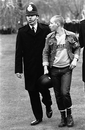 Первые послевоенные националистические организации стали появляться в Британии еще в 1960-е. Например, British Movement, к которой принадлежит этот арестованный полицией скинхед, была образована в 1962 году. Обратите внимание на майку Lonsdale — один из любимых брендов ультраправых скинхедов.