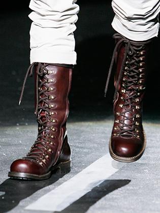 Переосмыслению со стороны дизайнеров DSquared2 подверглись и культовые вишневые ботинки а-ля Dr. Martens. Итальянские канадцы заметно удлинили голенище, превратив ботинки в сапоги.