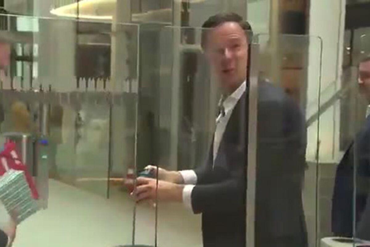Премьер Нидерландов пролил кофе навходе впарламент исам вытер его