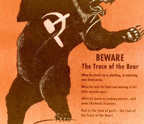 На одном из плакатов— строки из стихотворения Редьярда Киплинга. В нем калека-нищий, ослепший после удара одряхлевшего медведя, которого он пожалел на охоте, призывает «не заключать мировую с медведем, что ходит, как  мы». <br> <br> <i>«Берегись мировой с медведем, <br> Когда на дыбы он встанет, человек и зверь зараз, <br> Когда он прикроет ярость и злобу свинячьих глаз, <br> Когда он сложит лапы, с поникшей головой, <br> Вот это минута смерти, минута Мировой»</i> <br><br> (в переводе Ады Оношкович-Яцыной).