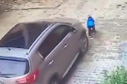 Трехлетний мальчик выжил после наезда матери на машине