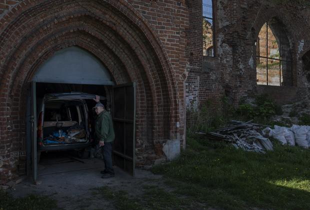 Предприимчивые граждане организовали гаражи в уцелевших частях орденской кирхи. Такое использование религиозных объектов нередко встречается и в других поселках Калининградской области. В кирхах открывают тренажерные залы и магазины.
