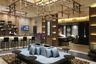 Независимый бизнес-зал Plaza Premium Lounge в лондонском Хитроу. Это один из самых больших бизнес-залов в Европе — его площадь составляет 464 квадратных метра. Посещение стоит 40 фунтов стерлингов за два часа. За эти деньги клиент получает доступ к спа, душевым комнатам, бару, специализирующемуся на шампанском, бару с испанскими закусками тапас и многому другому.