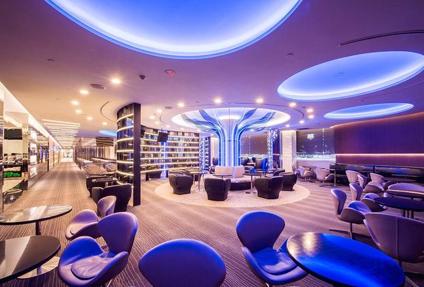У авиакомпании EVA в аэропорту тайваньского Тайбэя сразу четыре бизнес-зала, самым роскошным из которых является Infiniti Lounge. Интерьер выполнен в стилистике ночного клуба 80-х. В зале расположены автоматы с мороженым, пивом и хот-догами, а освежиться можно в одной из четырех душевых.