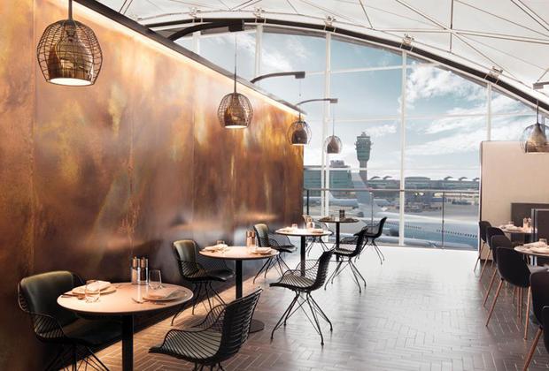 Расположенный в аэропорту Гонконга Pier Business Lounge авиакомпании Cathay Airlines был открыт совсем недавно — в 2016 году. Его отличительной чертой является чайная комната, где можно попробовать элитные сорта чая и поучаствовать в настоящей чайной церемонии. По числу душевых лаунж находится среди рекордсменов — их тут 14.