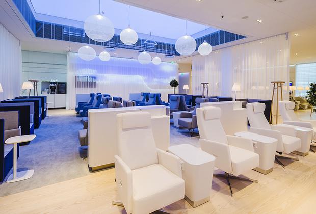 Finnair Lounge в аэропорту Хельсинки сочетает скандинавский минимализм в дизайне с колоссальной для Европы площадью в 940 квадратных метров. Главная особенность лаунжа — большая спа-зона с настоящей финской сауной. В остальном набор классический: бар, шведский стол, душевые, бесплатный Wi-Fi и детская комната.