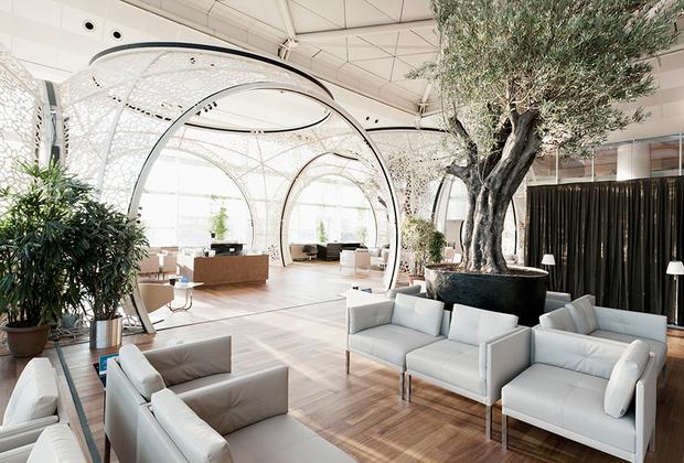 Жемчужиной аэропорта имени Ататюрка, что в Стамбуле, является Turkish Airlines CIP Lounge. Его площадь лишь немногим меньше лондонского —460 квадратных метров. К услугам посетителей детская комната, массажный кабинет, кинозал и симулятор игры в гольф. Вкусовые рецепторы можно побаловать блюдами турецкой кухни местного ресторана и хлебом из расположенной прямо в лаунже пекарни. В это время слух будет ублажать тапер, играющий на рояле.