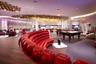 Virgin Atlantic Clubhouse в Нью-Йоркском аэропорту Кеннеди является, пожалуй, самым известным бизнес-залом в США, а диван из красных шаров — его визитной карточкой. В лаунже есть своя парикмахерская и спа-салон, где можно постричься, побриться, сделать маникюр и провести омолаживающие процедуры. В пивном ресторане Clubhouse подают блюда со всего мира — от китайской лапши до классического английского завтрака.