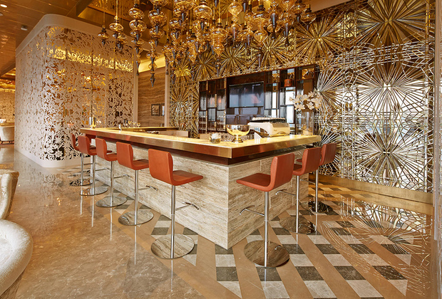 В аэропорту Мумбая для всех VIP-пассажиров действует единый лаунж. Он разделен на три зоны: для пассажиров первого, премиум и бизнес-классов. Первые могут рассчитывать на спа-кабинет, комнаты релаксации и ужин в ресторане. Остальным посетителям придется довольствоваться массажем ступней, шведским столом, баром и душевыми.
