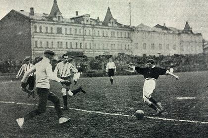 Финальный матч первенства России 1912 года. Встречаются сборные Москвы и Санкт-Петербурга. Лан, прорвавшись, очутился лицом к лицу с голкипером Борейша, который, не ожидая удара, сам выбегает на мяч