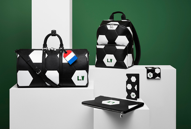 Лимитированая коллекция из классической фирменной кожи Epi c инновационным тиснением и логотипом Louis Vuitton FIFA World Cup и историческим логотипом L.V, выдержанном в дизайне командной нашивки. Поклонники футбола могут выбрать вещи в цветах команды, за которую болеют.
