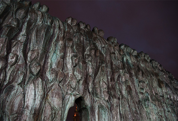 «Стена скорби» — памятник жертвам массовых политических репрессий в Москве. Открыт 30 октября 2017 года