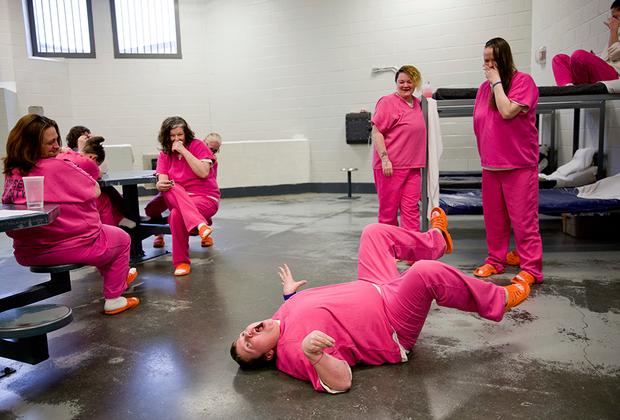 Заключенные спят, моются и едят в одной и той же камере. Ежедневно они могут на час отправиться в тренажерный зал. Никакого оборудования в нем нет, так что приходится импровизировать: делать из туалетной бумаги шарики и играть шлепанцами в теннис.