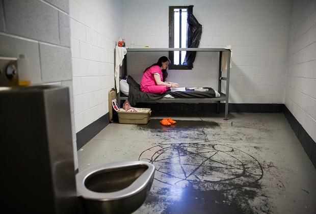 Ситуация в этой отдаленной тюрьме показывает, как волна увлечения опиоидами и метамфетаминами захватила Америку и отправила тысячи граждан за решетку, разрушив их семьи.