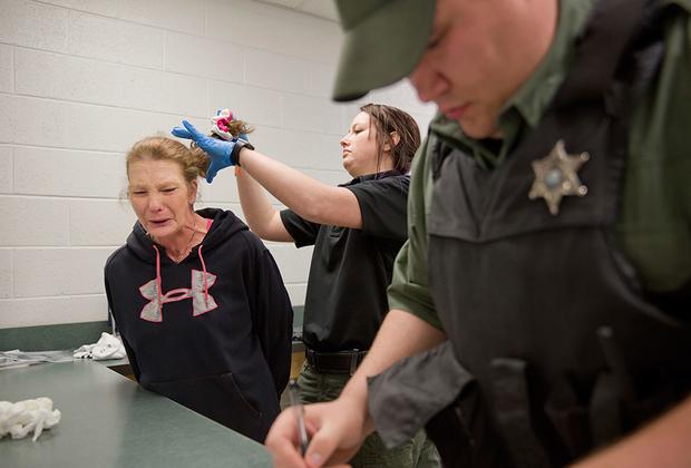 В период с 1980-го по 2009 год число арестованных за хранение наркотиков женщин увеличилось в три раза, мужчин — в два. На этой почве выросли и показатели особо жестоких преступлений, совершенных в состоянии наркотического опьянения.