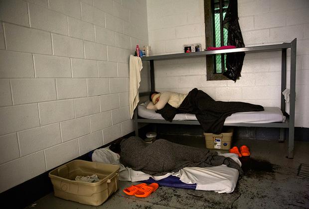 В 2015 году округ Кэмпбелл стал третьим в стране по количеству выписанных опиодных препаратов на человека. В тюрьме заключенных не лечат, консультаций с психологом тоже нет. Единственное, что могут получить женщины, — школьное образование.
