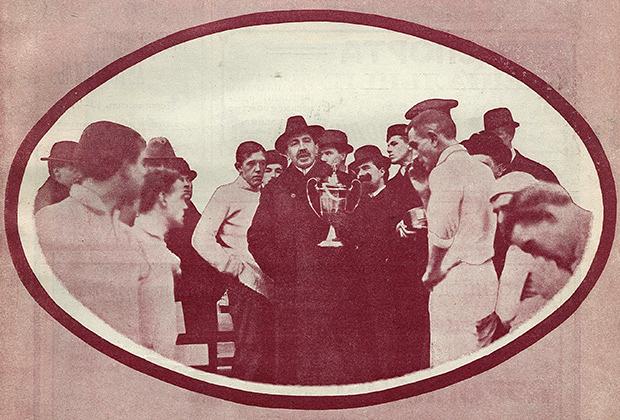 22 октября 1912 года. Роберт Фульда передает кубок имени Фульды команде «морозовцев», выигравшей его третий раз подряд