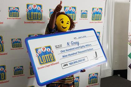 Обладательница многомиллионного выигрыша явилась за деньгами в маске