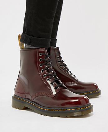 В Европе в 1970-е годы скинхеды носили в основном вишневые ботинки «Dr. Martens», но в России преобладали черные.