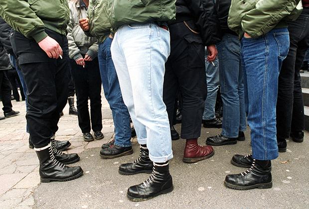 Цвет шнурков — тема для отдельного разговора. Красные говорили о том, что обладатель ботинков участвовал в акции, но никого не убивал; белые— что убил инородца, а черные —удел новичков.