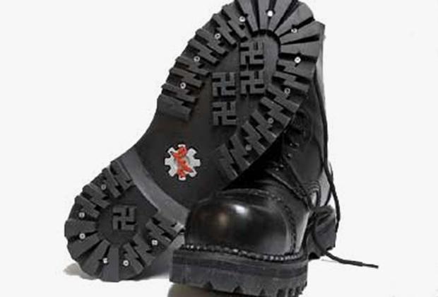Знаменитые ботинки «Aryan wear» со свастикой на подошве.