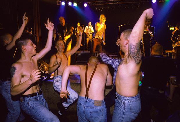 Подтяжки на голое тело —традиионный образ для похода на концерт правых исполнителей.