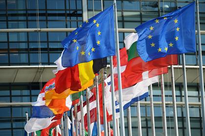 Флаги у здания Европейского парламента