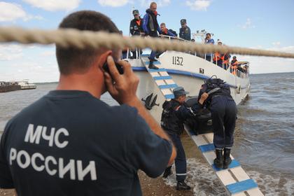 Затонувший вВолгограде катамаран подняли наберег