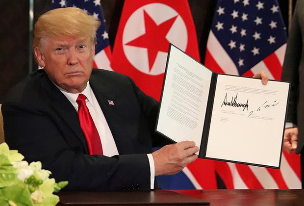 Трамп показывает подписанный документ