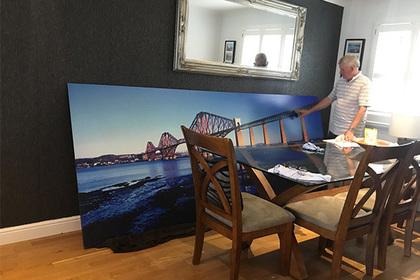 Живущий 30 лет рядом с мостом шотландец спустил деньги на его огромное фото