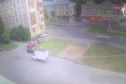 Наехавшая на людей «Газель» побуксовала и попала на видео