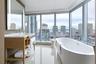 Ванная в номере Delta Hotels в Торонто дает весьма широкий обзор: от городского пейзажа до вида на озеро Онтарио.