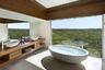 Разве что вид на океан. Из ванных комнат отеля Southern Ocean Lodge виден Индийский. А еще — нетронутая природа сурового южного побережья Австралии.