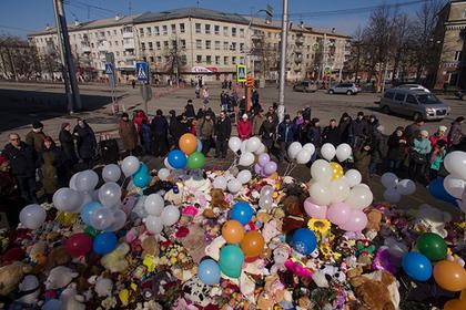 """Детдомовцам отдадут сложенные у """"Зимней вишни"""" в память о погибших детях игрушки"""