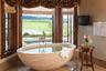 Или, как вариант, Phillips Ridge в американском штате Вайоминг — только вы, ванна и природа Дикого Запада за окном.