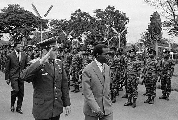 Президент Конго Массамба-Деба (справа) и советский космонавт Герман Титов (в центре) обходят строй почетного караула, 1965 год