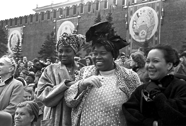Гости из Африки на демонстрации в Международный День солидарности трудящихся. Красная площадь, 1960 год